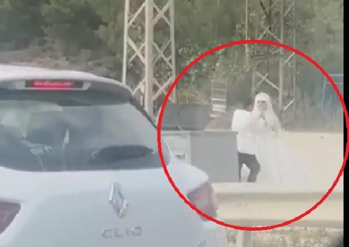Damat yol kenarında gelini dövdü!
