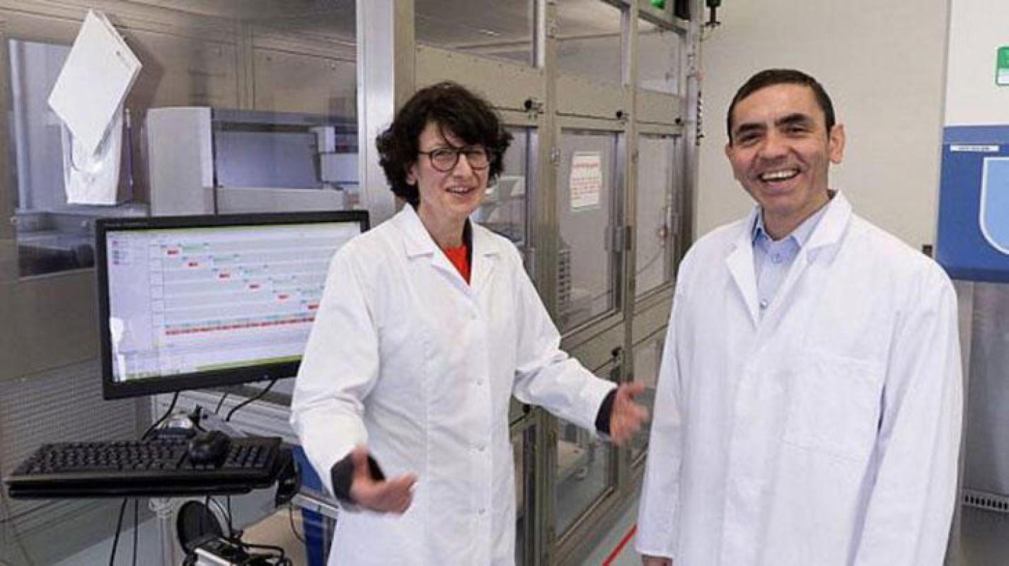 Türk doktor çift Covid-19 aşı kutlamasını çayla yaptı