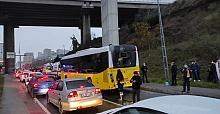 İstanbul'da hafriyat kamyonu İETT otobüsüne çarptı! Yaralılar var
