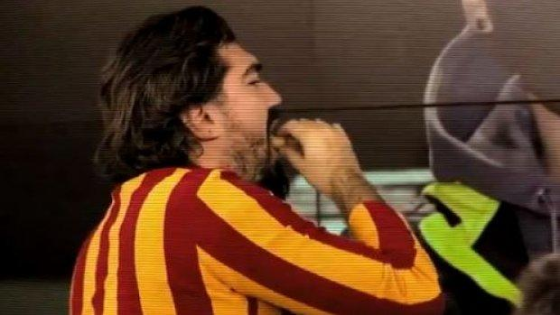 Rasim Ozan Kütahyalı Mesut Özil'i bandıra bandıra yedi